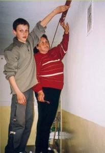 Zdobienie ścian przez p Czyżewska i jej wnuczka Damiana